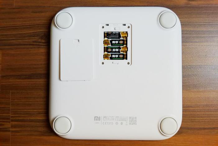 для работы весов нужны четыре батарейки