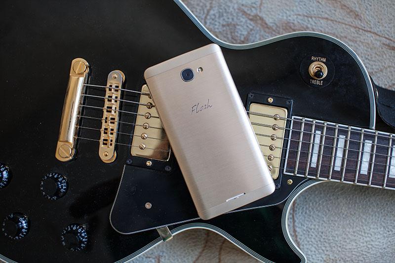смартфон для меломанов Alcatel